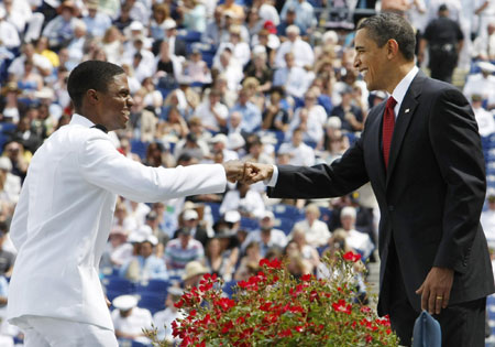 Obama honors US navy at graduation ceremony