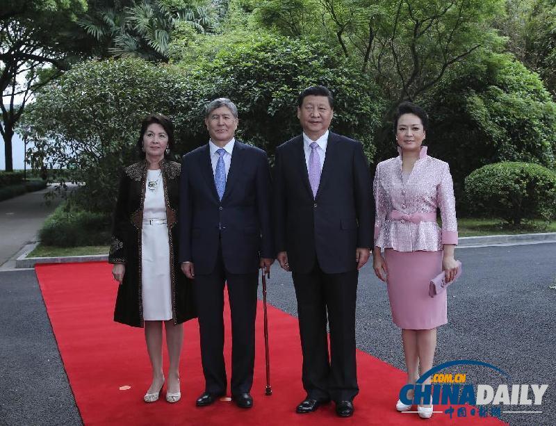 阿坦巴耶夫举行会谈.会谈前,习近平在上海西郊会议中心广场为阿图片