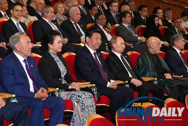 上海峰会的部分国家领导人夫人观看中国非物质文化遗产展示和文艺图片