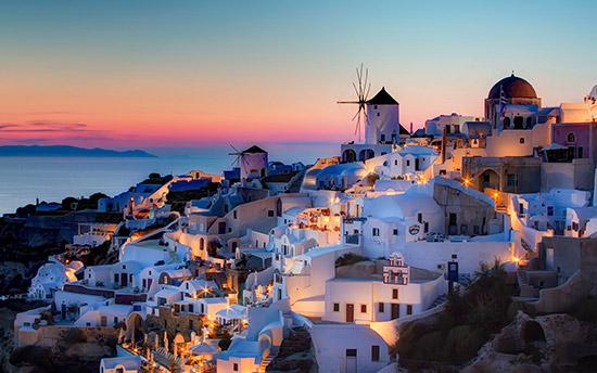圣托里尼岛 出行指南 希腊旅游的旺季是6月10月,由于地中海的特殊气候,导致希腊及周边各个岛屿都很潮湿。建议除了夏天的漂亮衣服外,再带点长裤、披肩、小马甲之类的衣服。 古老的希腊神话可以从众多的神殿中知晓,但唯美的希腊风情却只有游 爱琴海才能感受。蓝白相知的圣托里尼岛是柏拉图笔下的自由之地,在这里才欣赏到世界上最美的日落。风车国度米高诺斯岛则最适合度假,除了欣赏海景外,不妨坐在靠近爱琴海边的露天咖啡厅里,一边品尝当地的特浓咖啡福拉贝,一边陶醉在慵懒时光里。  浪漫的爱琴海、湛蓝的天空、洁白的房屋