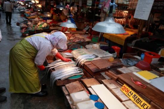 漫步釜山札嘎其海鲜市场 看看韩国人怎样吃海鲜