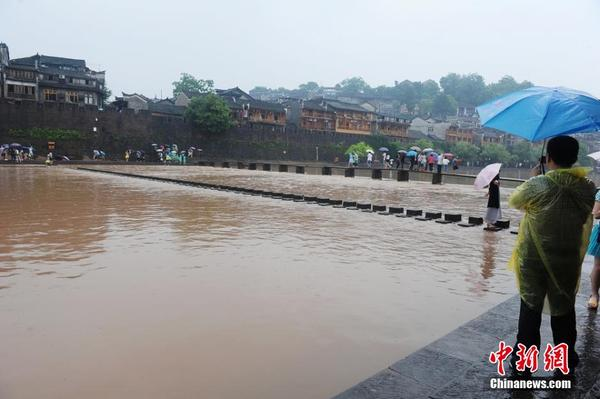 Flood hits Fenghuang tourist attraction