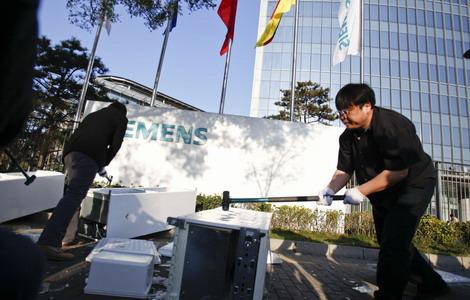 Blogger destroys 'faulty' Siemens fridge