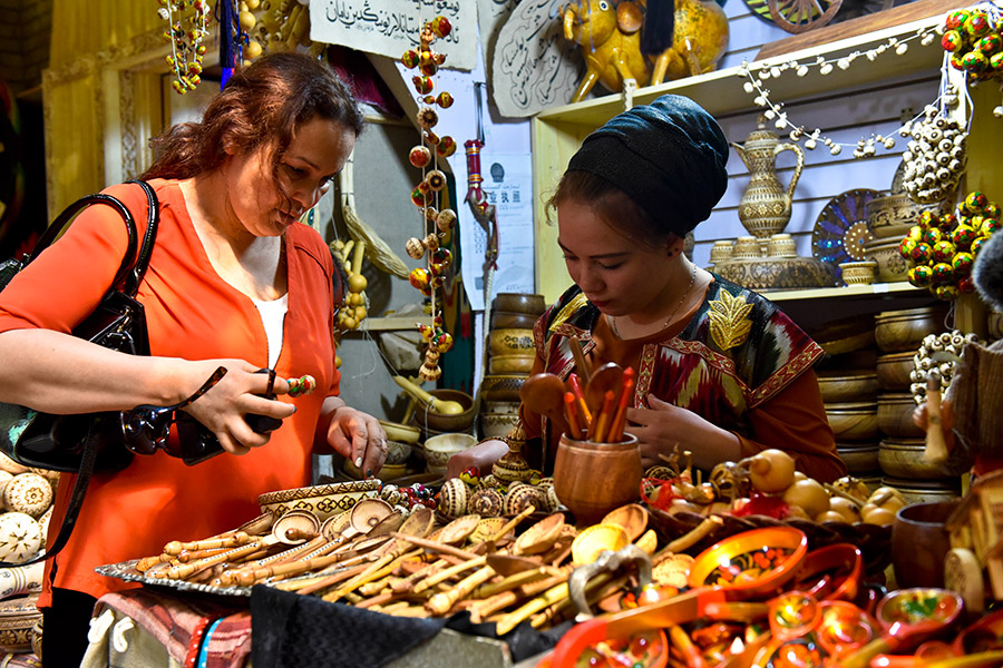 Xinjiang's International Grand Bazaar attracts tourists