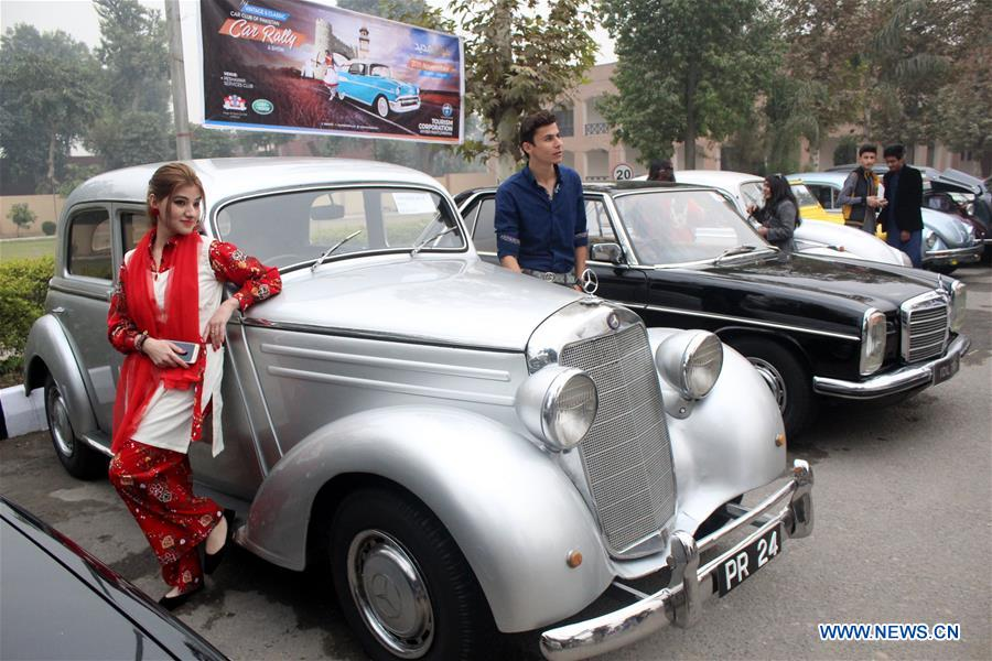 Th Vintage Classic Car Rally Held In Pakistans Peshawar - Antique and classic car show