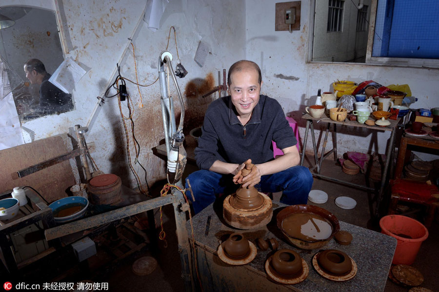 Teapot craftsman makes innovation, passes down techniques[1]
