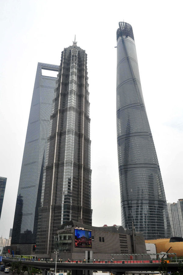 Shanghai Tower reaches for sky and record1