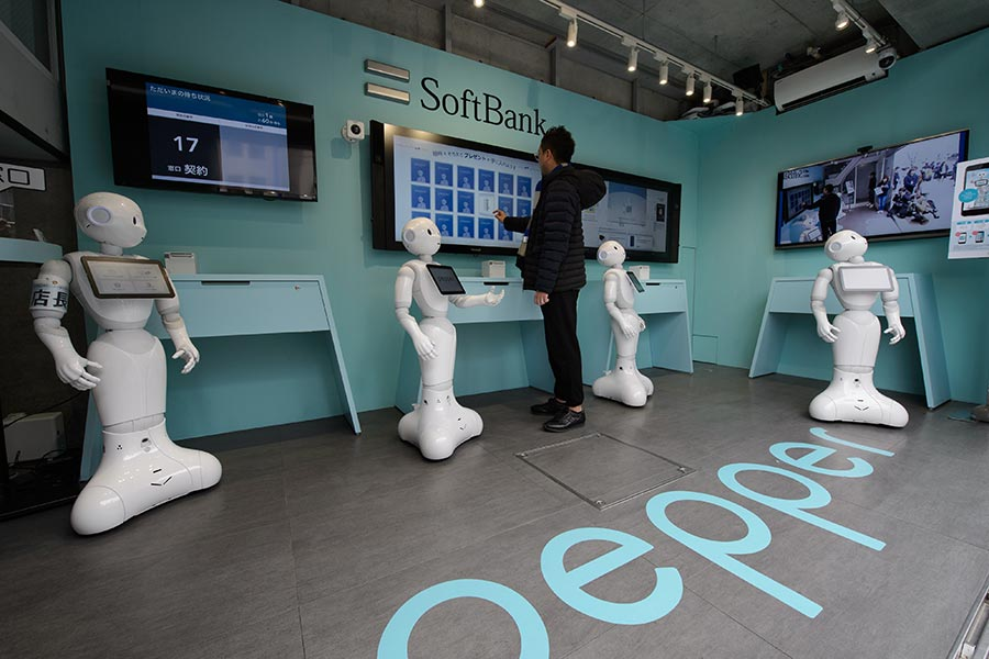 SoftBank staffs cell phone store with Pepper robots[6