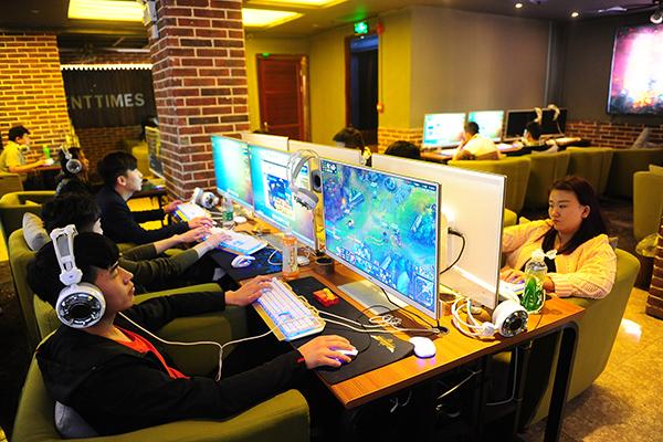 Yesteryear S Internet Cafes Morph Into High Tech Fun Dens