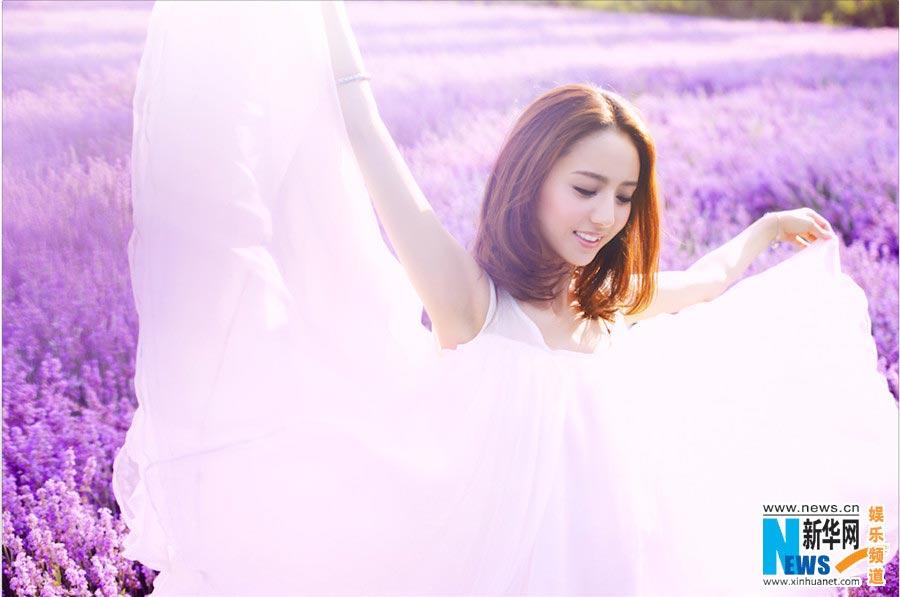 Tong Liya poses in blooming lavender flowers[1 ...