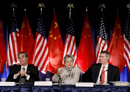 US Secretary of Commerce Carlos Gutierrez (L), Chinese Vice Premier Wu Yi (C) and US Trade Representative Rob Portman attend a news conference following the annual meeting of the US-China Joint Comission on Commerce and Trade in Washington April 11, 2006. [Reuters]