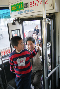 a little kid uses his smart card for a高清图片
