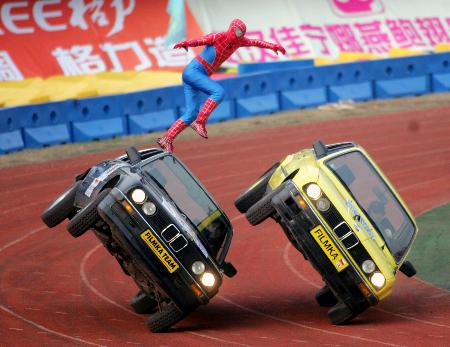 Stunts men perform hollywood scenes in wuhan - Spiderman voiture ...