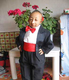 Meet He Pingping, the Worlds Shortest Man picture