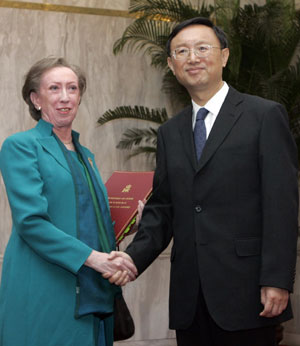 Margaret Beckett with China's Foreign Minister Yang Jiechi [Credit: China Daily]