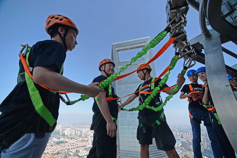Daredevils brave record Shanghai skywalk[1]
