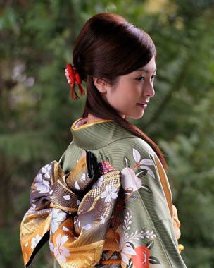 with many different types of kimonos worn by men, women and