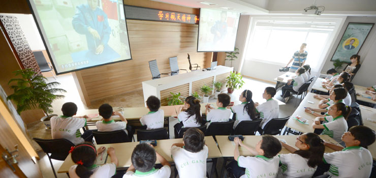 Students in China tune in for live space lecture