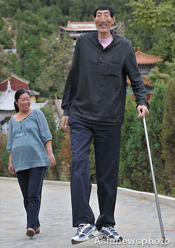 The world's tallest person, 2.36m-tall Bao Xishun (R) of China and his