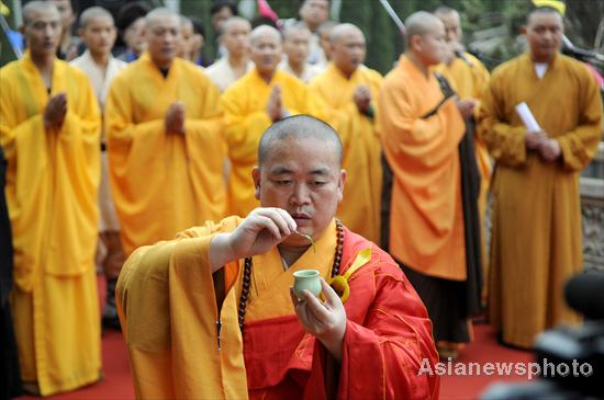 Police probe prostitution rumors of Shaolin abbot