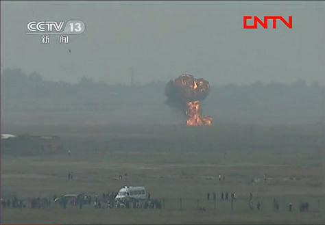 Jet crashes at air show, one pilot dead