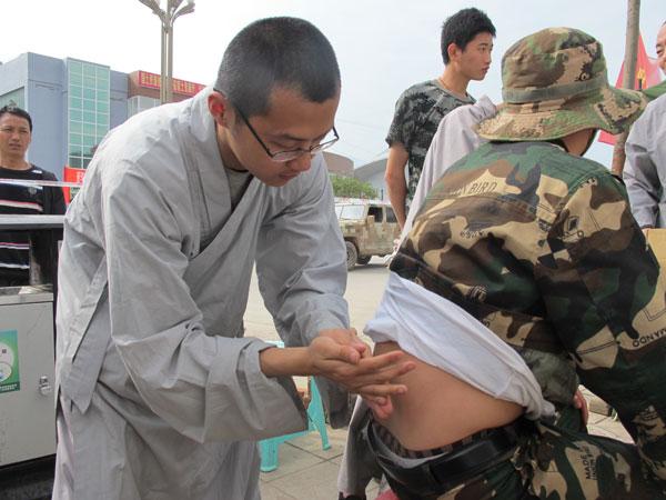 Shaolin monk doctors assist earthquake victims