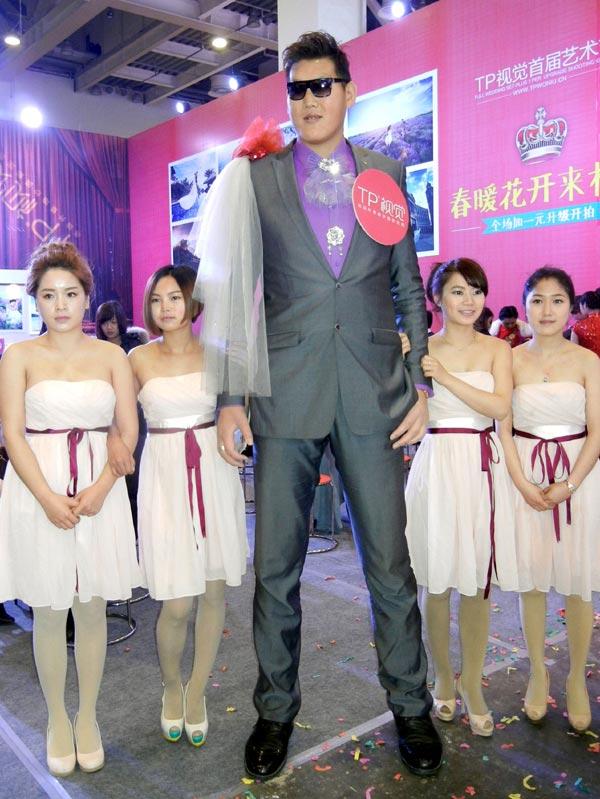 China's 2.38-meter man dwarfs crowd in Suzhou