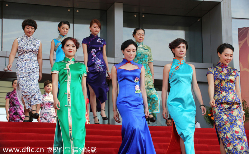 how to put on a qipao