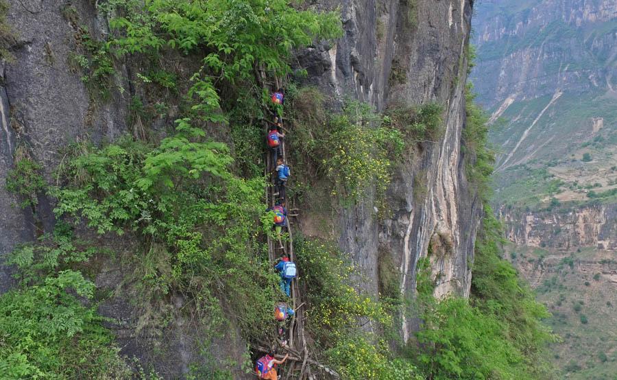 澳门赌场:儿童800米悬崖上学途中