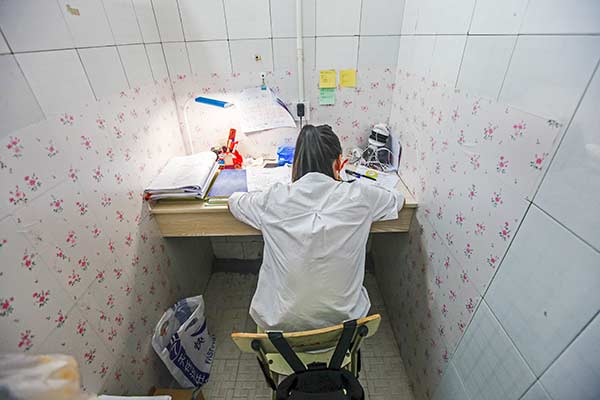 澳门真人赌场:大学原来不活动的公共浴室变成自习室