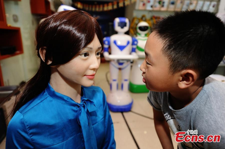 Robot shop entertains customers in Central China[1