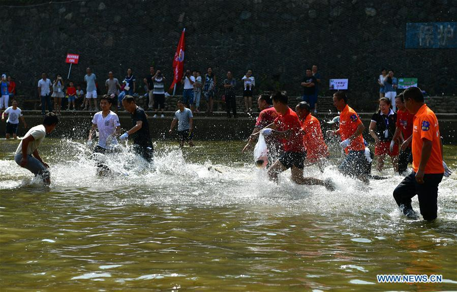 People catch fish in river to celebrate good harvest 4 for People catching fish