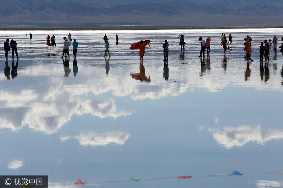 Tourists flock to Chaka Salt Lake in NW China's Qinghai