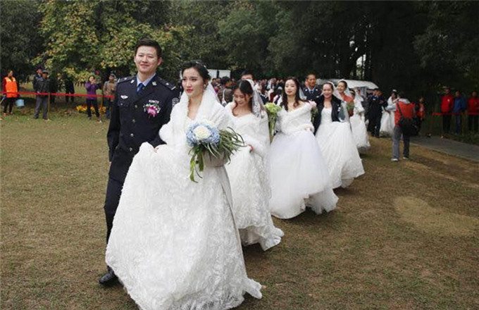 Police Couples Wed In Wuhan