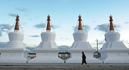 西藏那曲,一名男子环绕佛塔而行,瞻仰此景.图片:中国日报