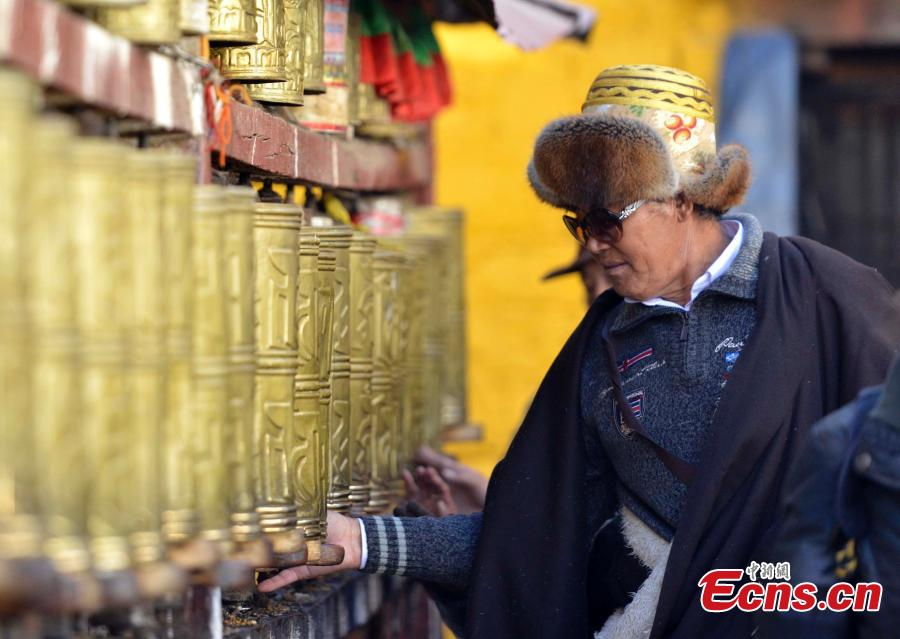 Winter pilgrimage on the way in Lhasa[1]