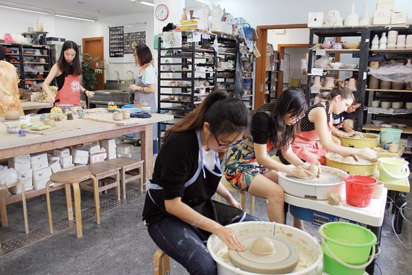 Shanghai Workshop Molds Pottery Artists 1 Chinadaily Com Cn