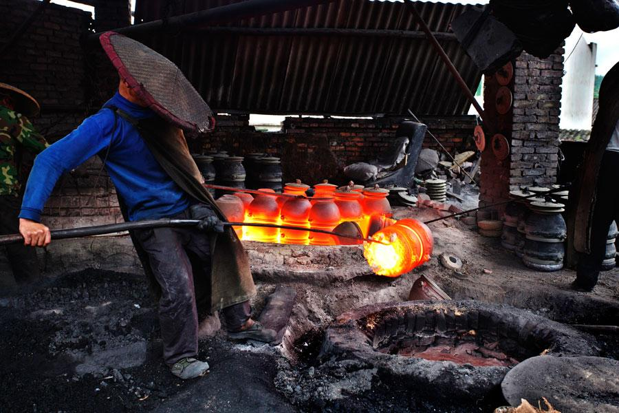 Yingjing County's hand-crafted 'black pottery'