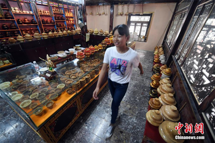 Inheritor of traditional Tibetan wooden products in SW China's Yunnan