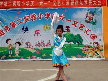 六一国际儿童节 > 图片报道   学生在舞台上表演舞蹈和自编的