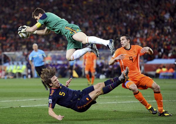 西班牙队门将卡西利亚斯(上)跃起扑救