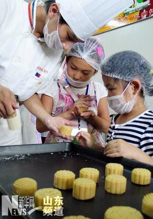 并在diy体验区学习手工制作月饼,感受传统民俗文化,喜迎中秋佳节.