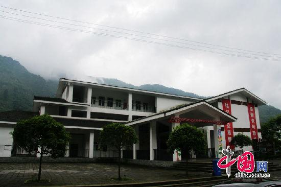 现代三层别墅设计图外观红白搭配