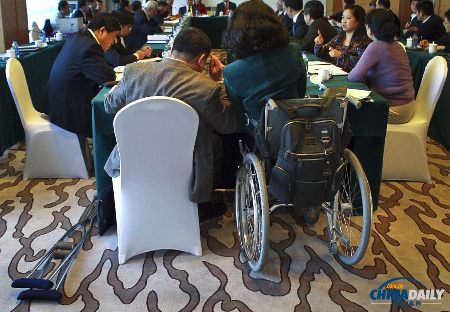 北京 福利/2013年3月10日,北京昆泰酒店,政协福利保障界别的两位委员在...