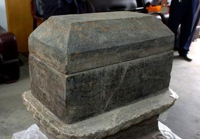 这是兴隆塔地宫中发现的一件四周和顶盖上刻有人物图案与花纹的完好