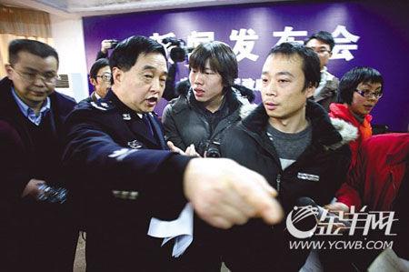 贵州警方13次回避尖锐提问 被指导演发布会图片