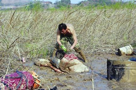 女子趴在泥巴上 三分之二的身子陷在泥中