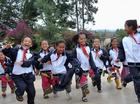 彝寨乡村小学生穿上了胭脂校服小学图片