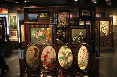 成都蜀锦织锈博物馆里的蜀绣展品.图片