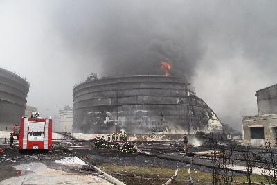 大连新港输油管道爆炸现场火势基本扑灭